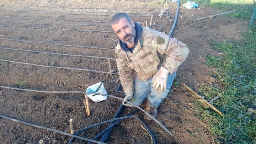 Giovanno Fenzi  sistema l'impianto di irrigazione